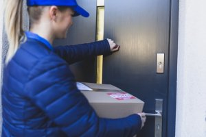 delivery girl knocking at door 23 2147767704 300x200 - Bezorgers gezocht!