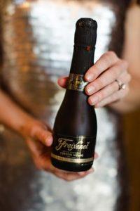 df07d5b70bd9d0808c2fd0528b2f6d5c mini champagne bottles chalkboard wedding signs 200x300 - Een fles bubbels is altijd een feest om te geven…
