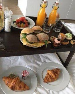 ontbijt op bed 262x328 - Ontbijtservice Goes